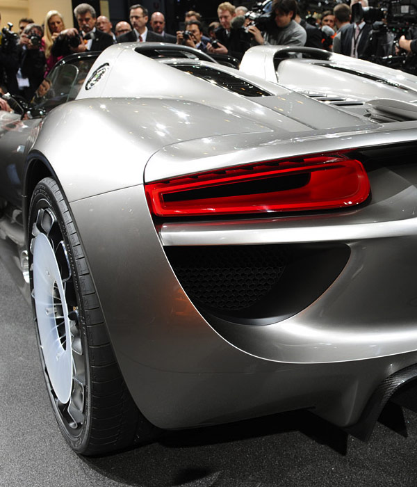porsche_918-Hybrid-backperspectivezoom.jpg